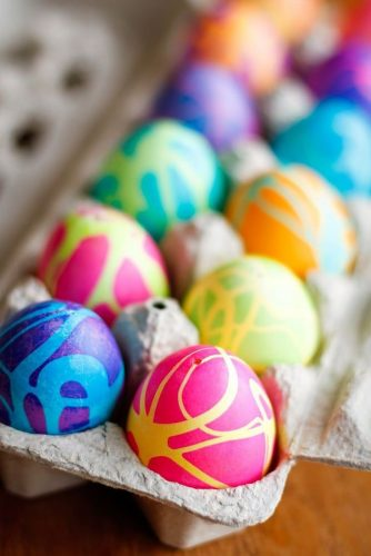 32 Easy & Funny Ideas to Dye Easter Eggs with Kids